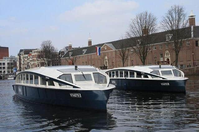 Sloep de Nomag in de gracht