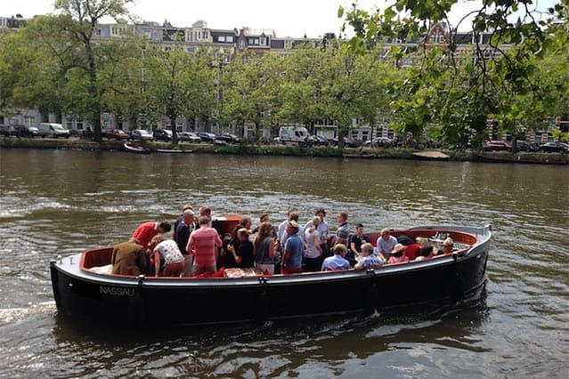 Sloep Nassau in de gracht